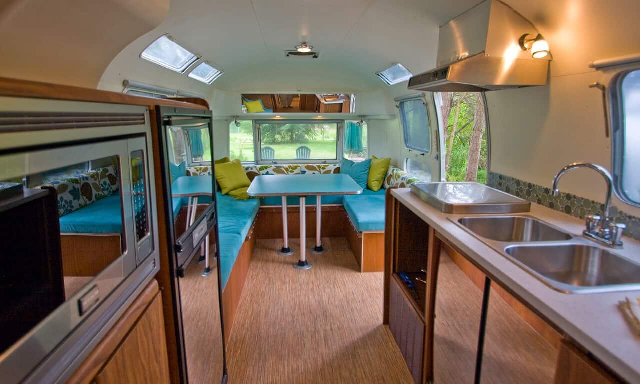 Airstream_kitchen_to_living_area_jdpi8x