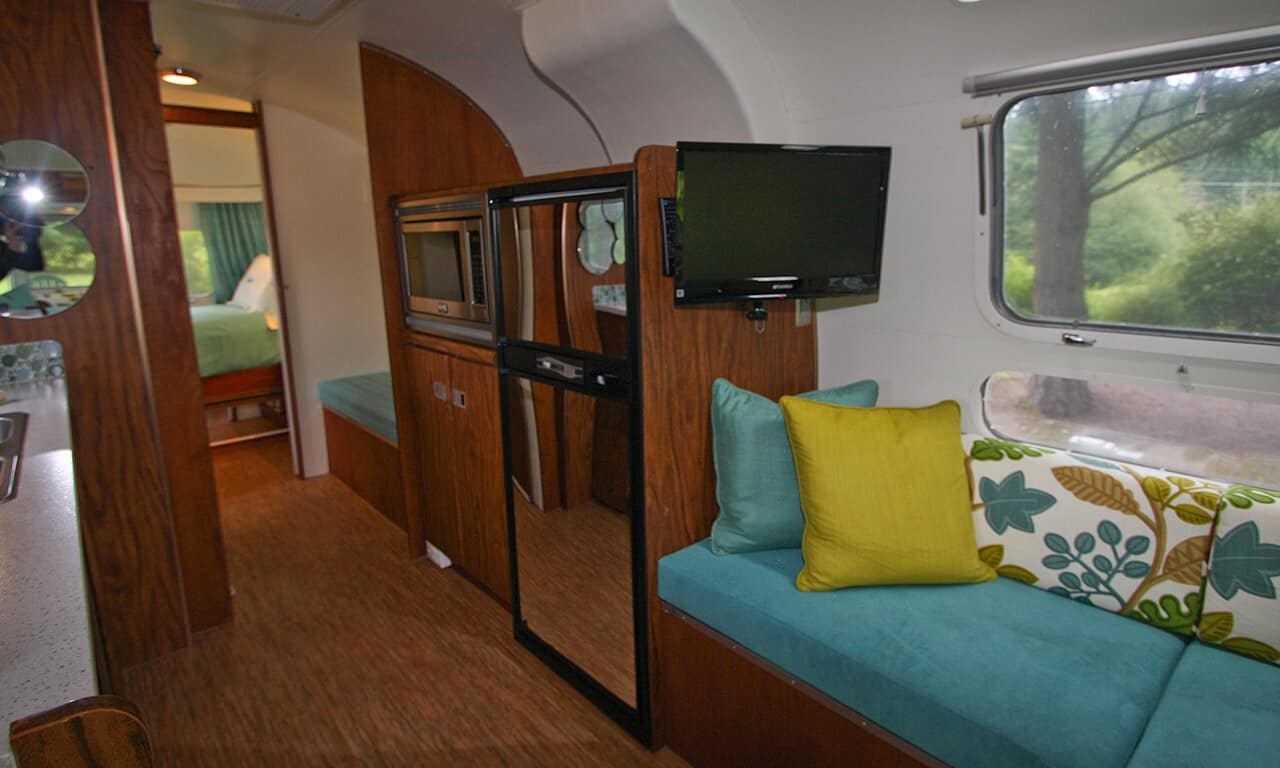 Airstream_living_and_kitchen_zlbz6y