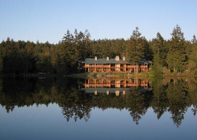 Lodge_from_across_lake_long_view_u0jmq7