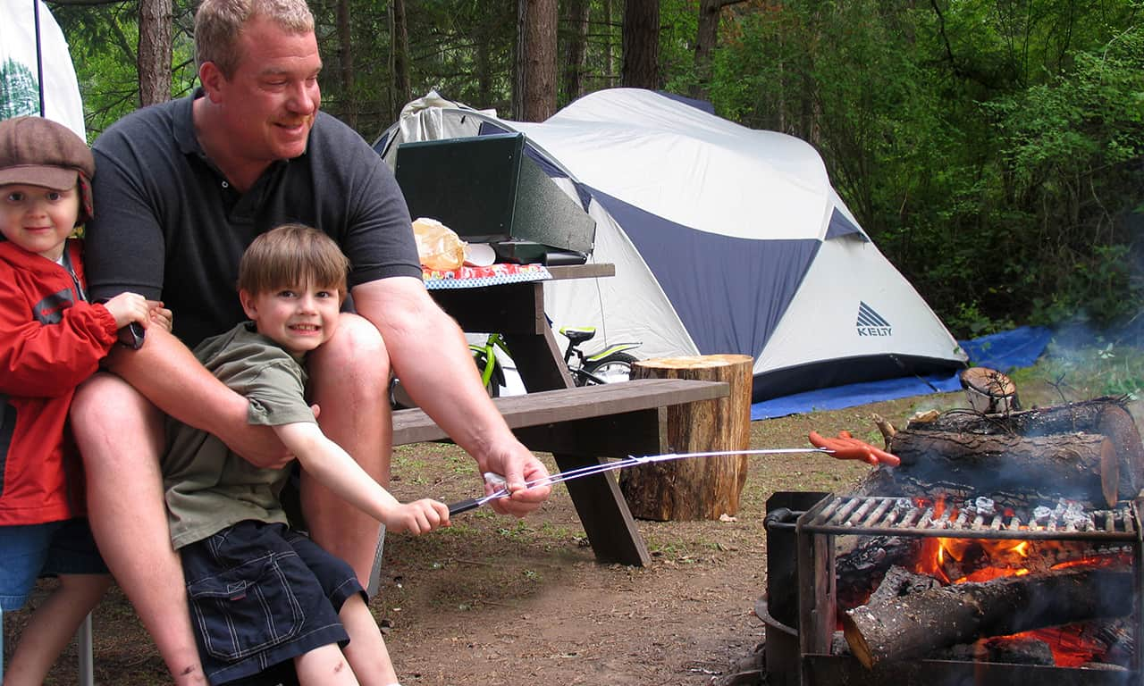 1280 dad and 2 sons with hot dogs