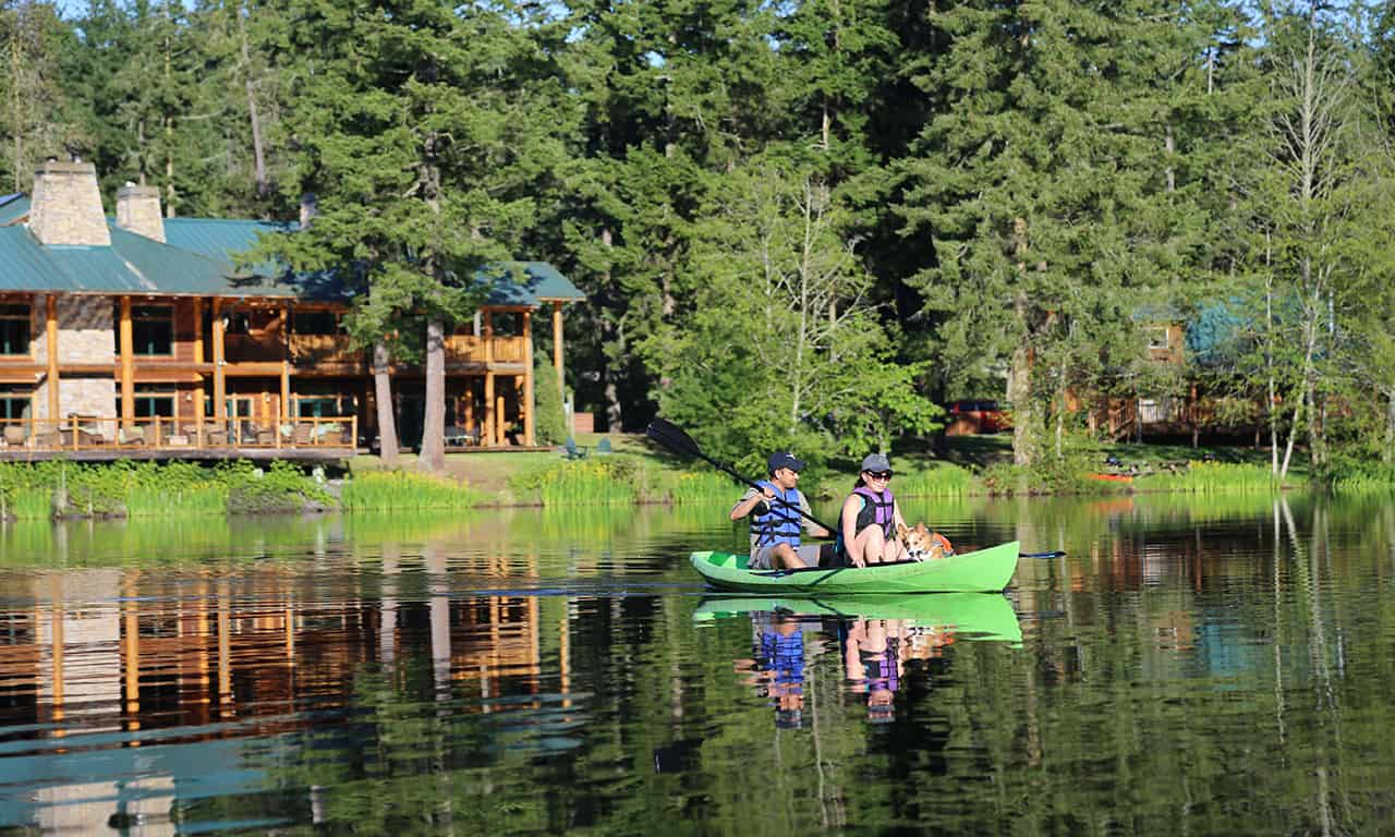 1280 couple in kayak in front of lodge