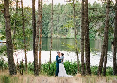 1280 lake wedding couple kissing