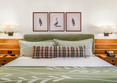 lodge bed to wall_adj with 3 birds