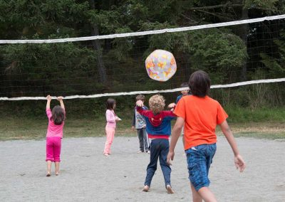 1280-kids-playing-volleyball
