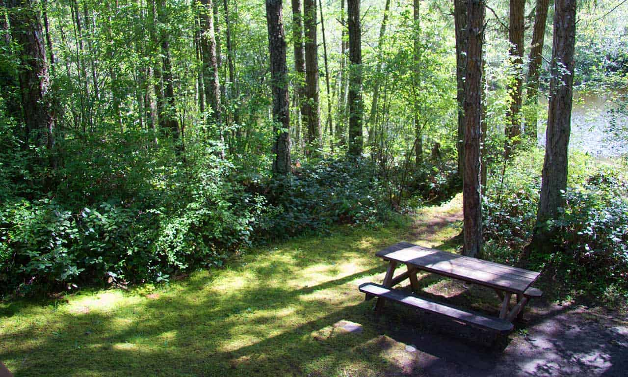 1280-picnic-table-at-campsite