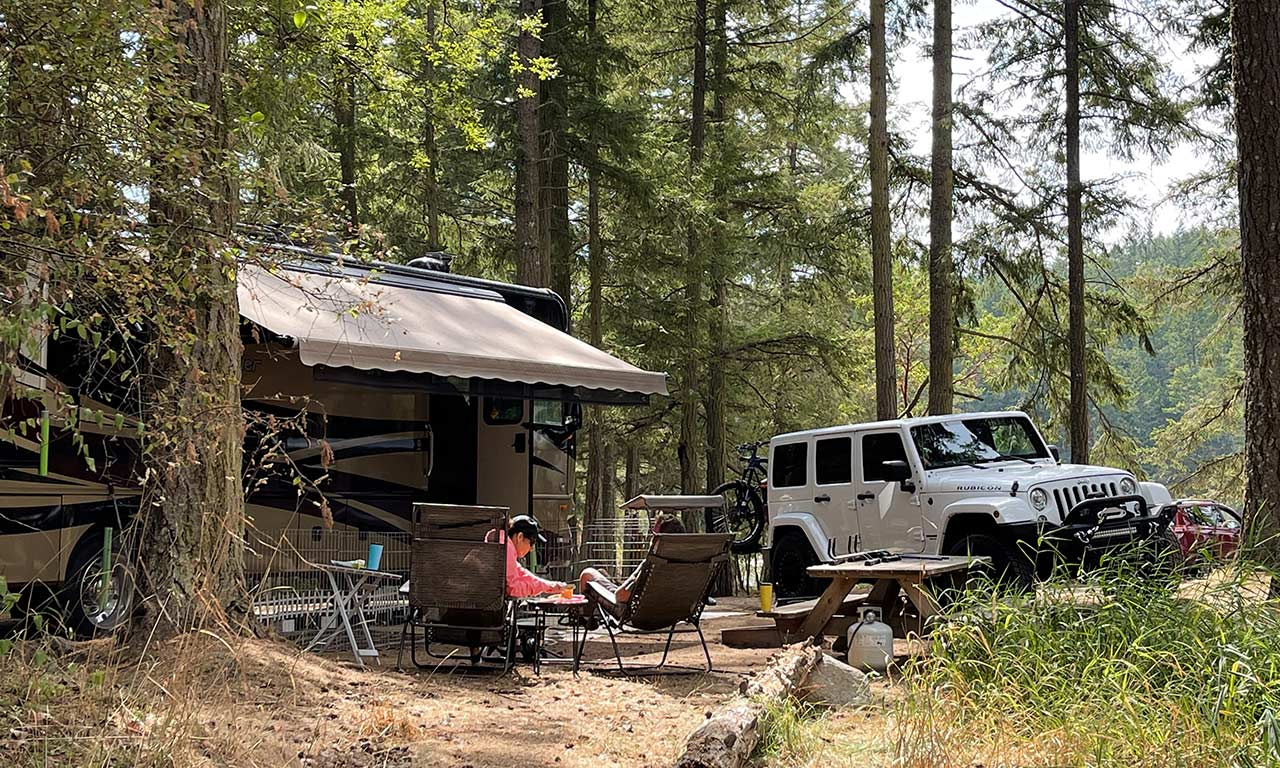 couple-at-Lakedale-RV-site-with-Jeep